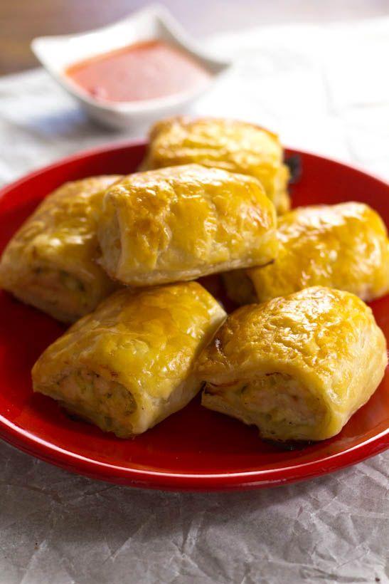 Saucijzenbroodje met kip recept. Warm, lauw of koud kun je deze hapjes serveren. Snelle en simpele snack die je van te voren kunt maken. Opwarmen in de oven