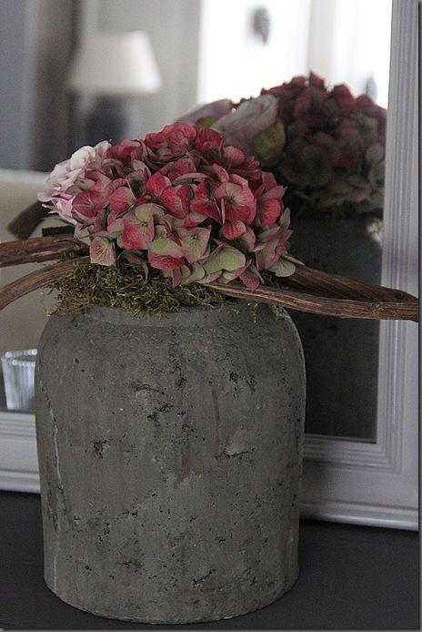 Ik ga op zoek naar zo'n mooie pot, de hortensia's heb ik zelf in de tuin, even wachten nog tot ze weer bloeien.