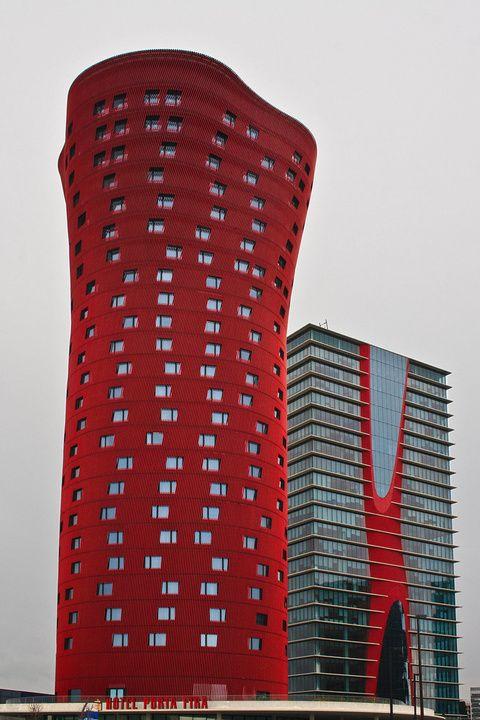 Hoy uno de esos edificios singulares de Barcelona, galardonado con el premio  'Emporis Skyscraper 2010' al mejor rascacielos del mundo esta situado en una zona en expansión, en la salida de Barcelona, concretamente en lo que es el complejo de Fira de Barcelona 2 y junto a La Torre Realia BCN otro edificio peculiar de este recinto.