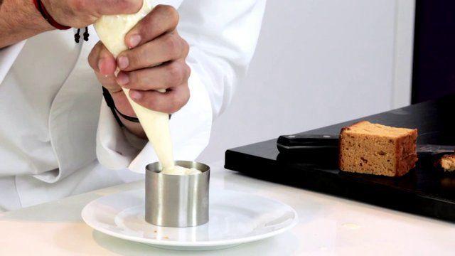 Mousse de queso tierno con compota de arándanos. Videos de recetas de cocina de la mano de Sergi Arola y Lidl Recetas. Disfruta de la receta...