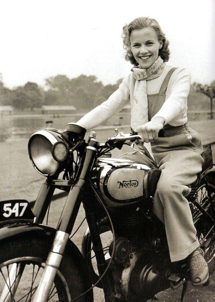 Honor Blackman, actrice anglaise, née le 22 août 1925 sur une Norton Big Four, London, 1949.