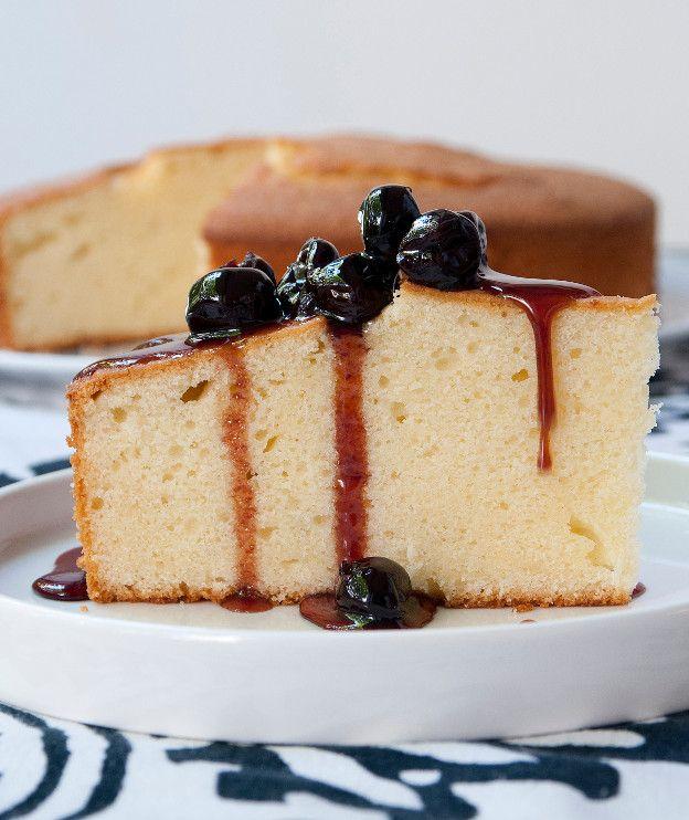Μια πεντανόστιμη και εύκολη πίτα με βάση το γιαούρτι. Ταιριάζει και με παγωτό.