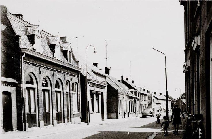 Kerkstraat met links het van oorsprong café, winkel en bakkerij van Therus Spapens. Zijn weduwe en kinderen verkochten dit in 1948 aan de gemeente Goirle. Op hun beurt verhuurde de gemeente het pand aan het bestuur van het Wit Gele Kruis. Na een verbouwing  werd het pand in februari 1949 tot 1960 in gebruik genomen als wijkgebouw. In het pand aan de Kerkstraat zat daarna de muziekschool en de kringloopwinkel. Nu is het een woonhuis.