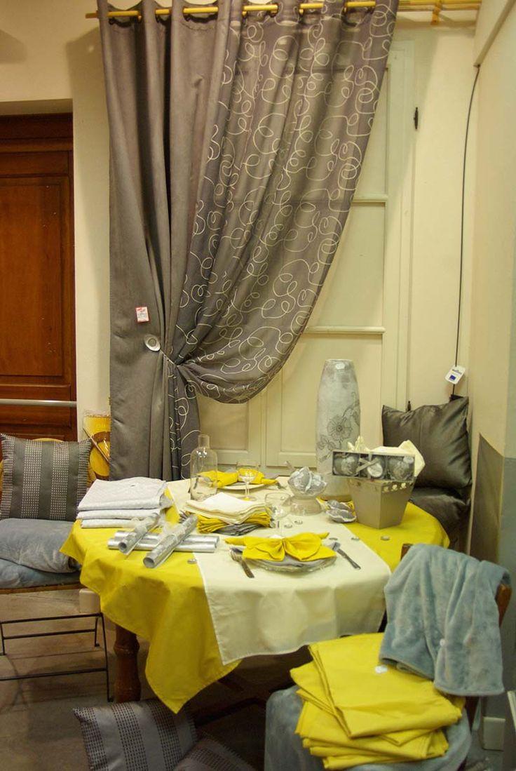 Table ambiance printanière : Double rideau suédine 140 x 250, voilage polyester 140 x 260, nappe 140 x 140 taffetas, set et serviette de table.