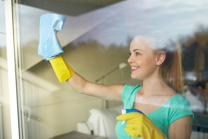 Mujer Rubia Con Guantes Limpiando Vidrios Window Cleaning Services Window Cleaner Cleaning Business