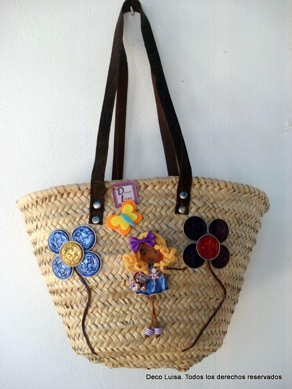 Cesta playera decorada con un broche Georgina y flores de cápsulas de nespresso y fieltro.