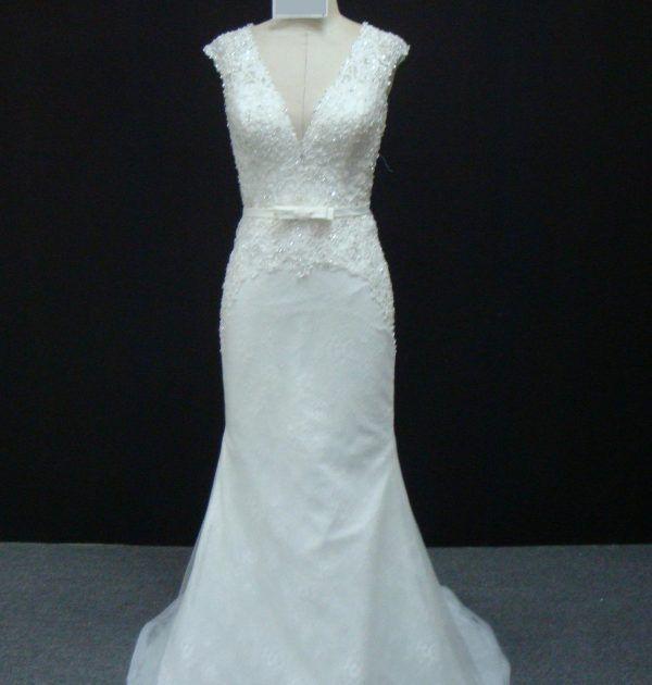 Vestido de noiva semi sereia, todo em pedraria no corpete, decote em V, com cinto removível. Via Brasil Noivas.