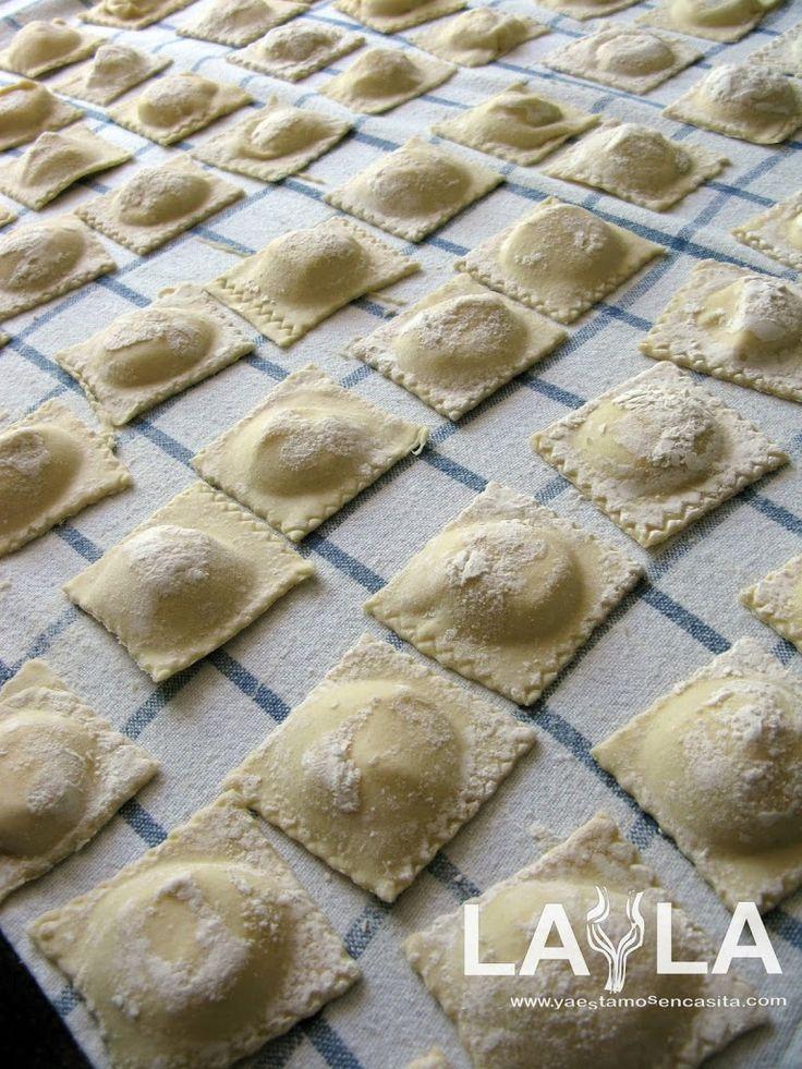 Para mí los ravioli son la más deliciosa versión de la pasta fresca, en ellos se combina esa especial cualidad de la pasta fresca con el toque de los distintos rellenos y la salsa. Hacer ravioli es laborioso, no muy complicado pero puede ser desesperante si empiezan a fallar los detalles. Una masa que [...]