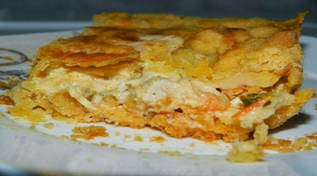 Para a massa:  -   - 1 xícara de margarina  - 2 gemas de ovo   - 2 a 3 xícaras de farinha de trigo  - sal a gosto  - 1 gema de ovo (para pincelar)  - Para ver o passo-a-passo de como fazer a massa e montar, clique  aqui.  -   - Para o recheio:  -   -   - 1/2 kg de peito de frango sem pele e sem osso  - 1 cubo de caldo de galinha   - sal a gosto  - pimenta a gosto  - 2 dentes de alho amassado  - 1 cebola pequena picada  - 1 pimentão pequeno picado  - 1 tomate picado  - 1 colher de chá bem...