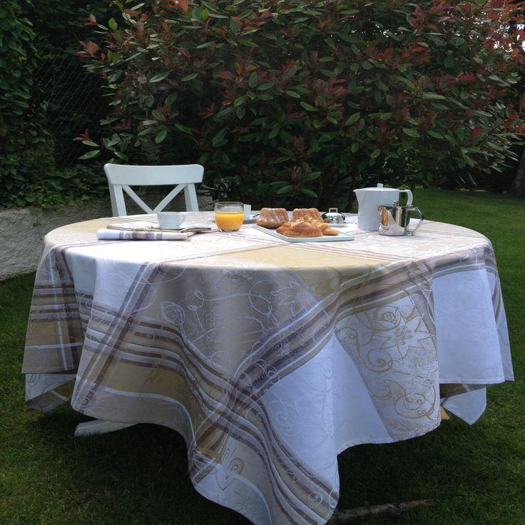 Unabhängig von Größe und Form des Tisches bieten wir Ihnen runde, ovale oder auch Tischdecken in Sondermaßen für überlange Tische an.   Tischläufer, Tischsets und Servietten runden unsere Konfektion ab.   Desweiteren haben Sie die Möglichkeit, Meterware in beiden Qualitäten für die eigene Verarbeitung zu bestellen.   Wir verfügen ständig über ein umfangreiches Sortiment an Meterware in Baumwolle oder beschichteter Baumwolle (Enduit) und fertigen Ihnen alles an, was einen stilvoll gedeckten…