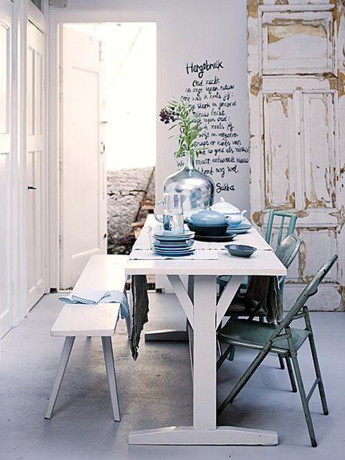 Turkusowe metalowe krzesła i biała łwka ze stołem w jadalni w stylu vintage