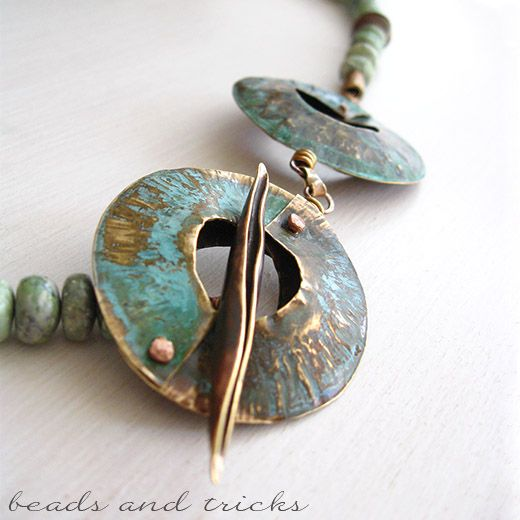 Collana in ottone similoro, diaspro e patina verde - interesting fold formed toggle in red brass with patina