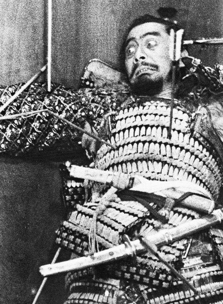 Dans le Japon féodal, alors que les guerres civiles font rage, les généraux Washizu et Miki rentrent victorieux chez leur seigneur Tsuzuki. Ils traversent une mystérieuse forêt où ils rencontrent un esprit qui leur annonce leur destinée : Washizu deviendra seigneur du château de l'Araignée, mais ce sera le fils de Miki qui lui succèdera. Troublé par cette prophétie, Washizu se confie à sa femme, Asaji. Celle-ci lui conseille alors de forcer le destin en assassinant Tsuzuki…