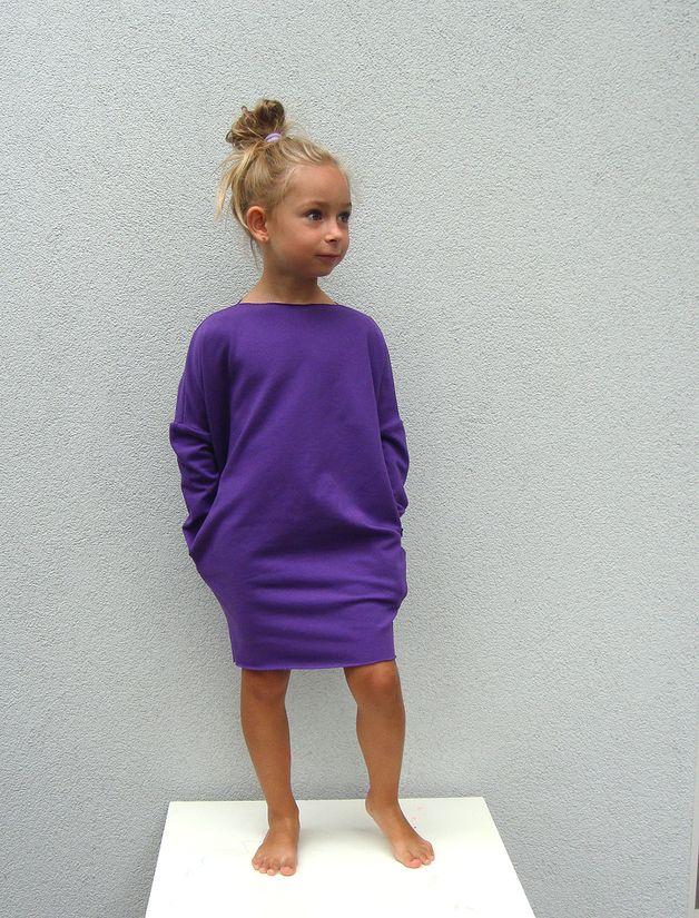 Wygodna, dresowa sukienka z kieszeniami, idealna od jesieni do wiosny :) Z pewnością, w tym modelu Twoja pociecha będzie się czuła swobodnie i komfortowo. Wkoło szyi i na dole surowo...