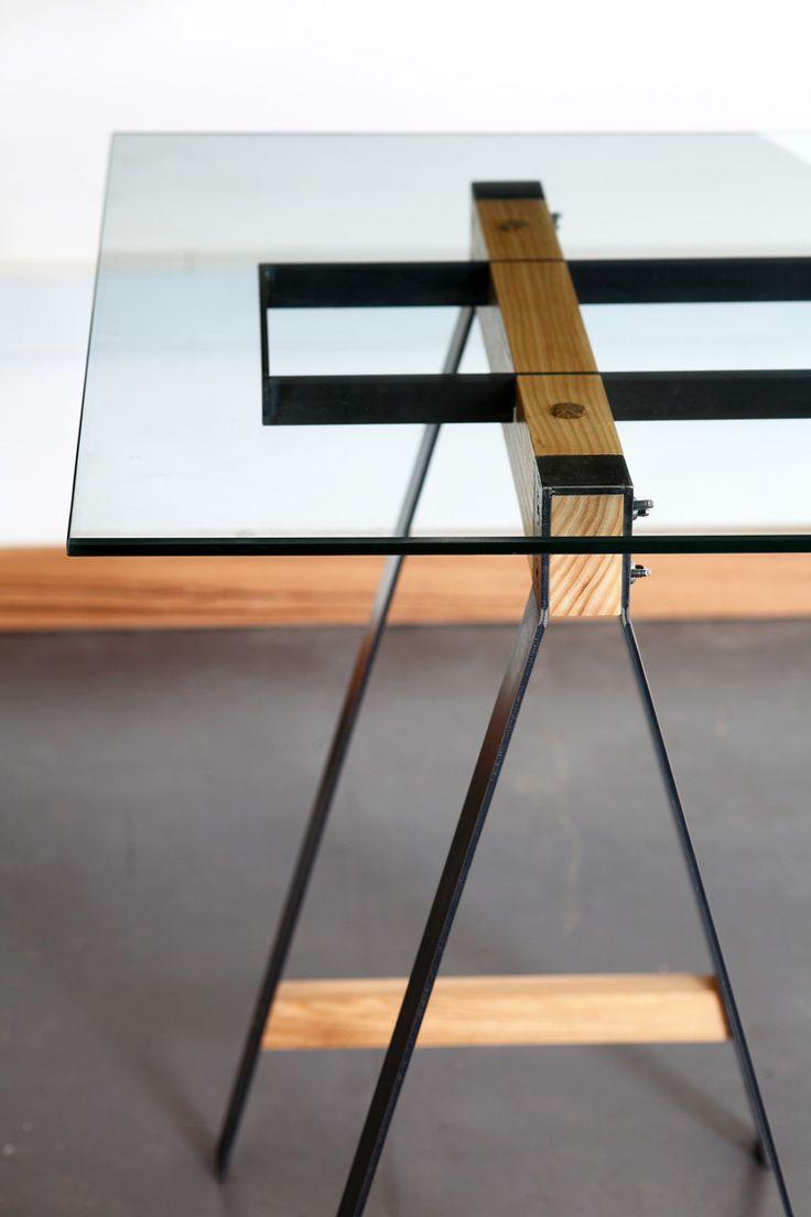 Detalhes de pés de mesa em mix de madeira, ferro com tampo de vidro Fabricado…