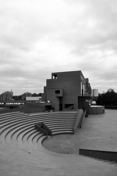 Quartiere Gallaratese Il teatro all'aperto e uno degli edifici progettati da Carlo Aymonino