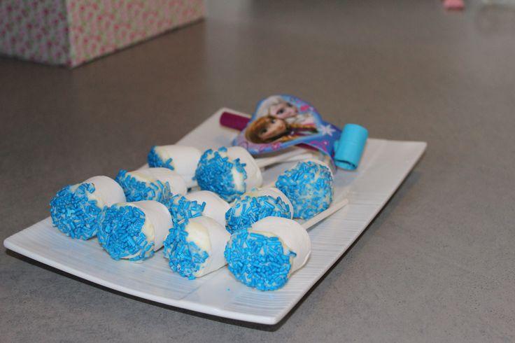 Magalie 3 ans- sucettes guimauves, chocolat blanc et bonbons suivant la thématique FROZEN JR
