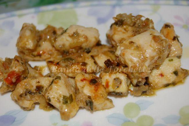 Un secondo piatto di carne con il petto di pollo e l'aggiunta di crema di carciofi, pomodorini secchi e capperi. Molto facile da fare, gustosissimo!