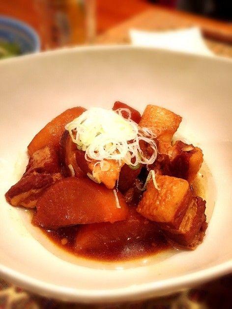 圧力鍋1つで簡単調理!箸でほろっと切れる、味がしっかり染みた角煮大根です♡下ゆで効果で豚肉の臭みもなく、感動の美味しさ!