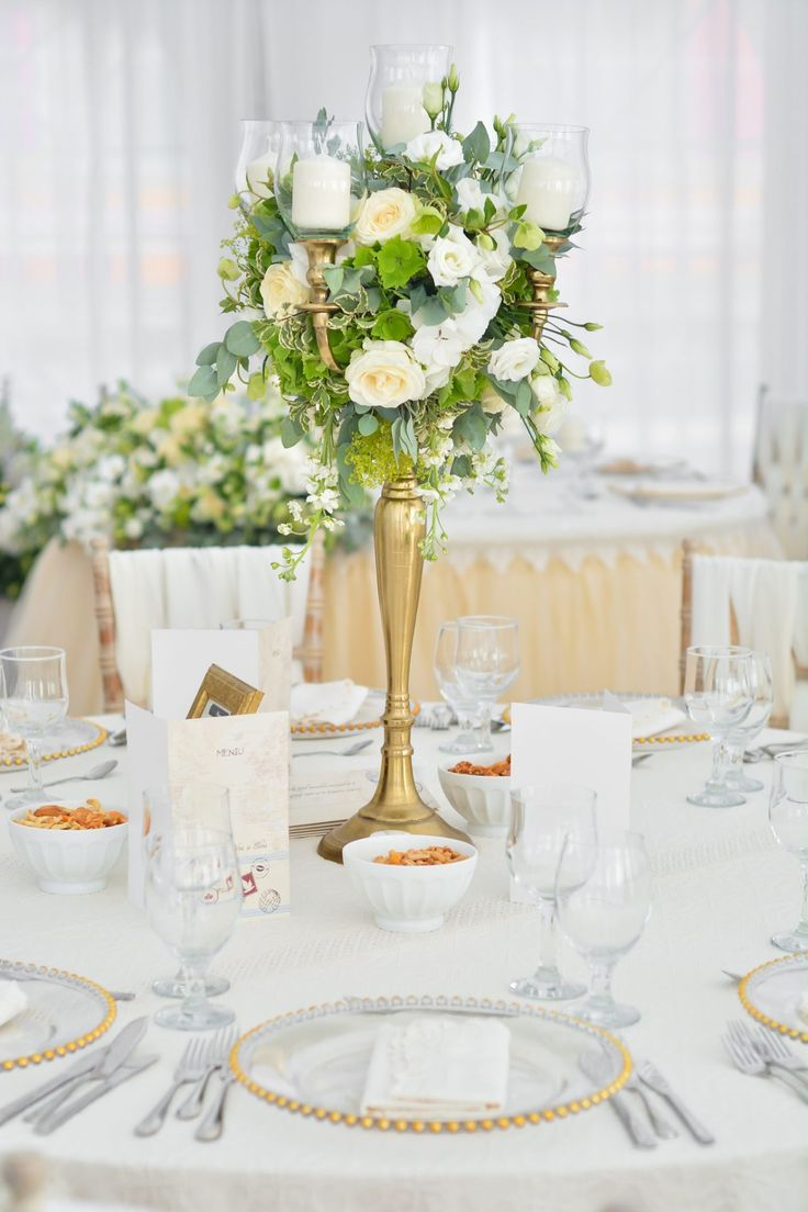 Aranjament central floral de nunta pe suport tip sfesnic de inox auriu, in culori de alb verde. Wedding floral ceterpiece Golden Candle Holder