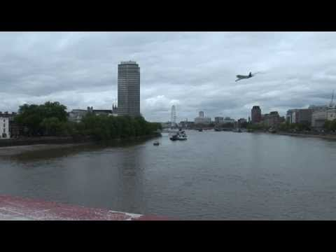 Nvidia Iray render of British Airways 747 flying extremely low over London - YouTube
