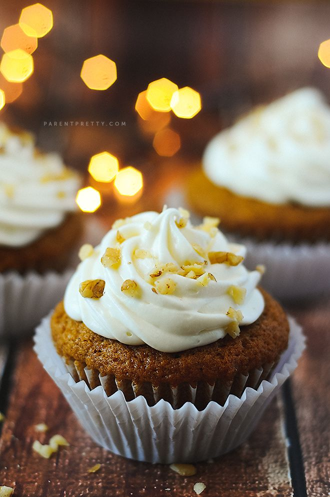 Pumpkin Spice Cupcakes -- the perfect pumpkin treat, topped with decadent cream cheese frosting, don't miss this pin!
