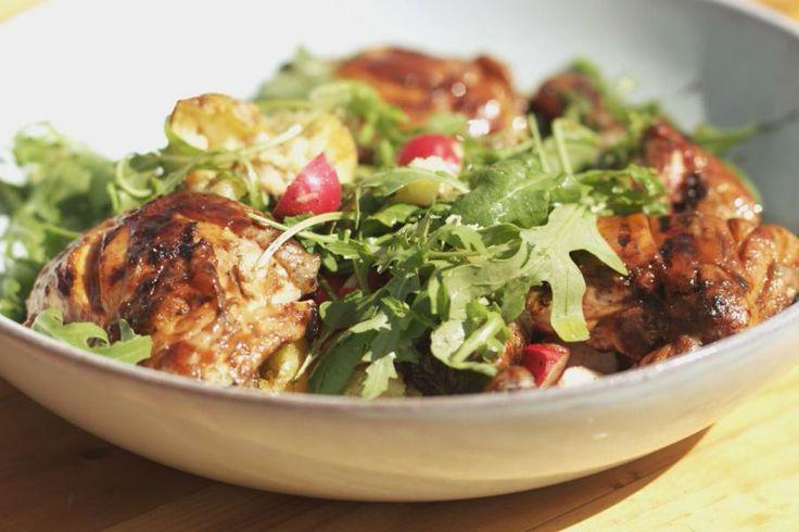 Zolang je kan barbecueën, zolang blijft de zomer duren. Jeroen blijft de grootste fan van de klassieke houtskoolbarbecue, maar deze bereiding kan je ook maken op een gasbarbecue, of in de oven.Jeroen bakt stukken kip, terwijl ze beetje bij beetje ingestreken worden met een eenvoudig zoet-zuur glazuur, met een beetje scherpte. De malse kip serveert hij met een salade van gepofte aardappelen, radijsjes en rucola.