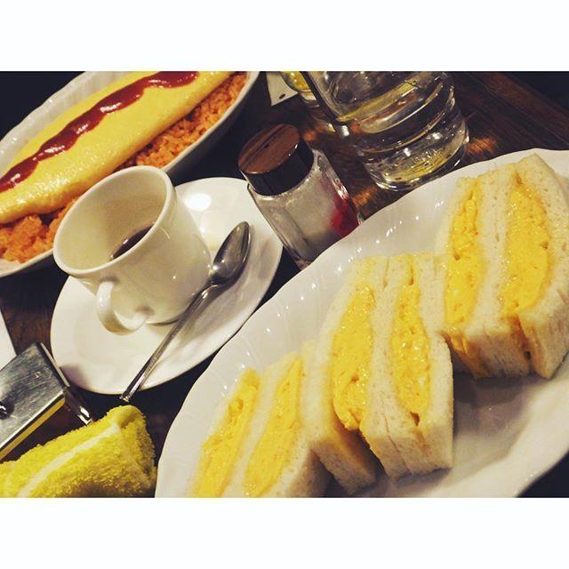fujifab12 on Instagram pinned by myThings さすがの正答率!!!!! #喫茶YOU のオムライスでございます!  私は念願のオムレツサンド。  ここでも安定の#パンとごはんと 。  昔ながらの喫茶店は、パンメニュー米メニューどちらもあるからいいですね。平和的解決。  #平野紗季子 さん好きなら一度は訪れたいお店ですよね〜あとは赤坂のフルフル〜  行きたいお店がありすぎる。  一生じゃ足りないな〜笑  #foodpic#feedfeed@thefeedfeed#お昼ごはん#おうちごはん#lunch#オムライス#omeletterice#パン#パン大好き#パンキチ#bread##omelette