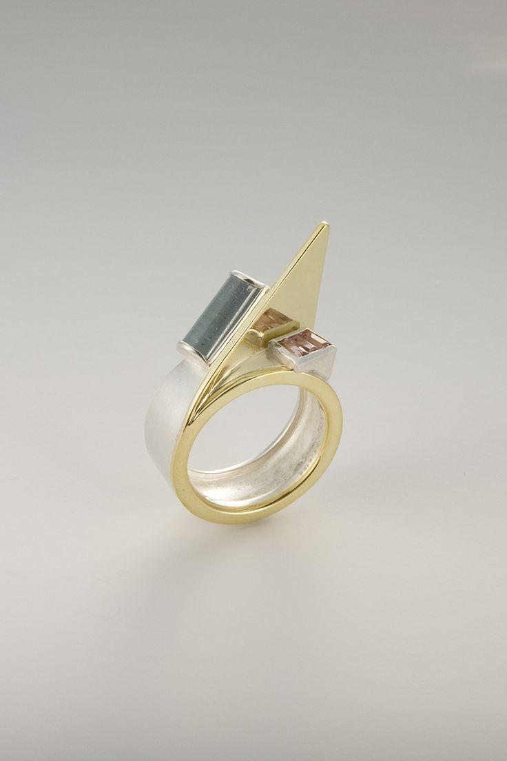 Dit is een prachtige strakke moderne ring. Ze hebben ook 2 mooie stenen. Het is zeker een indrukwekkende ring. RING - STERLING SILVER, 18KT YELLOW GOLD, AQUAMARINE, TOURMALINE