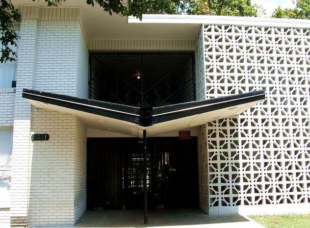 Live Modern Charlotte : Charlotte Modern : Mid-Century Modern Living : Modern Homes. Butterfly awning and breeze blocks baby.
