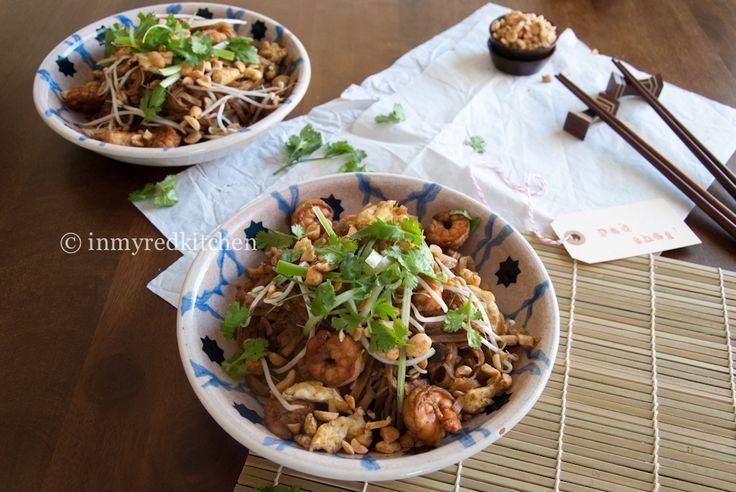 Heerlijke rijstnoodles in een geurige saus met gebakken garnalen en roergebakken eieren. Een snelle Pad Thai die ook nog eens erg lekker is!