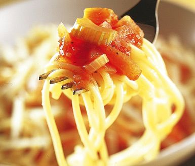 Grön pasta bolognese är en smakrik och vegetarisk pastarätt. Detta goda recept är både snabbt och lättlagat vilket gör den här bolognesen till en suverän vardagsmiddag.