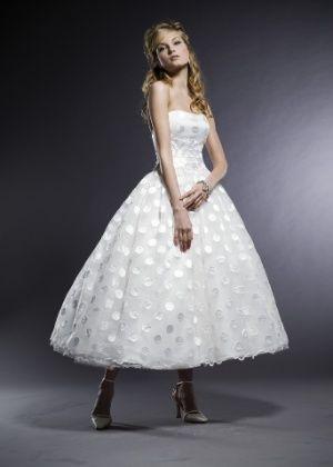 Vestidos em comprimento midi dão visual retrô à noiva (Uol Mulher)