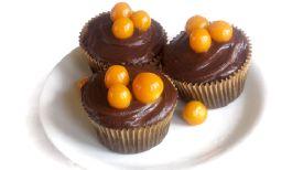 Alquimia | Productos - Cupcakes de chocolate relleno de mermelada de aguaymanto cubierto de ganache y decorado con la misma fruta.