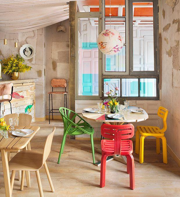 Comedodor de Restaurante Mama Campo, sillas verde, rojo y amarillo, combinada con la calidez de la madera al natural ;)