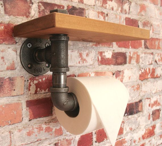 Zware 3/4 industriële strijkijzer wc rol houder in de stijl van oude waterleidingen - topkwaliteit! Het opmaakprofiel bevat de plank - apen niet opgenomen :) Smeedbaar gietijzer ijzer in natuurlijke donkere houtskool kleur. Dit item zal aankomen met plank verwijderd als gemakkelijker om te bevestigen aan de muur zonder plank - plank kan eenvoudig worden bevestigd.  Ik verkoop ook overeenkomende soortgelijke objecten voor badkamer of keuken in mijn winkel.  Metingen tot het uiterste van…