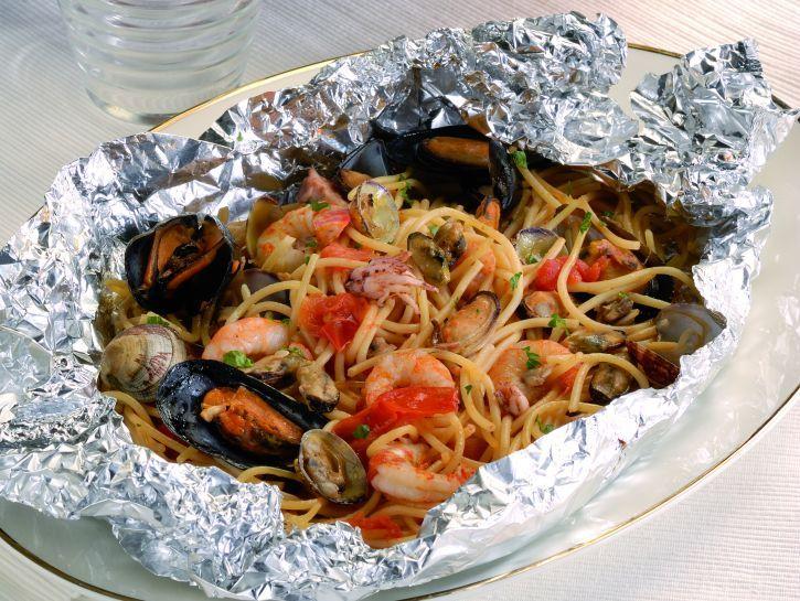 Spaghetti frutti di mare al cartoccio e risotto allo scoglio due straordinarie ricette di primi ai frutti di mare spaghetti al cartoccio e riso