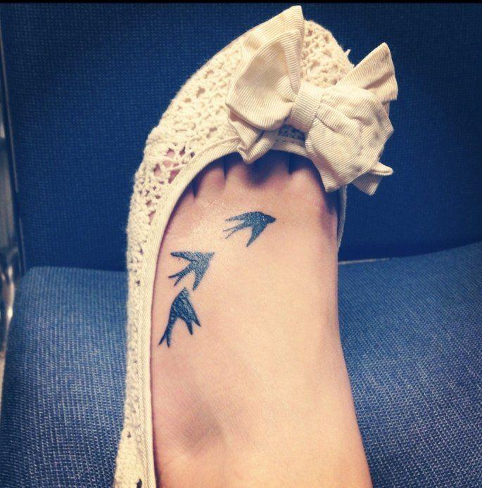 belle idée de tatouage hirondelles noires sur le pied
