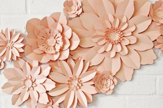 Una serie mozzafiata di fiori di carta parete per uninstallazione a parete o sullo sfondo floreale.  Questo insieme di 11 fiori di carta è perfetto per uno sfondo di foto o una cerimonia. Sono davvero aggiungere il fattore wow per un matrimonio o qualsiasi occasione speciale! Questo elenco è per il kit, che viene fornito con foto instuctions e fissatori appiccicosi. Una volta che questi fiori sono sorprendentemente robusto, trattarli bene ed è possibile utilizzarli ancora e ancora…