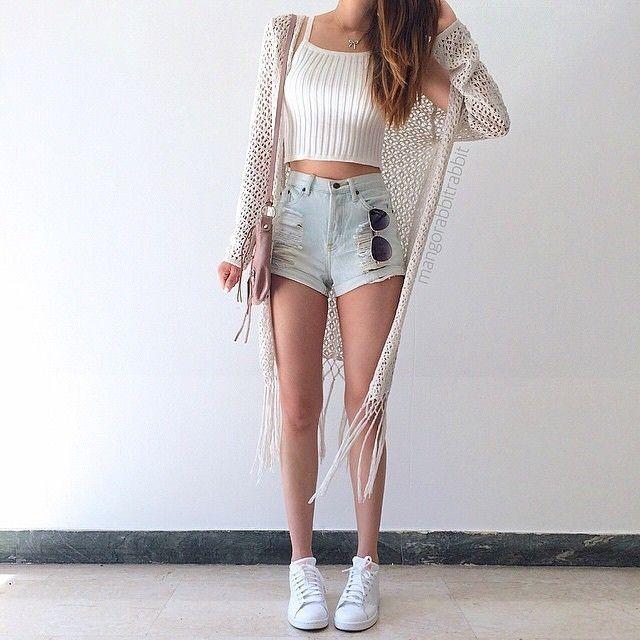 Blusinha + Shorts ou Saia dins + Tênis Brancos Tumblr + Casaquinho (Igual a foto, se não tiver vai sem porque ainda fica lindo!!!)