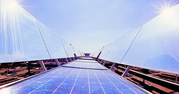 Como a energia solar é gerada?. Para gerar a energia solar, os fótons radiados a partir do sol para a terra devem ser recolhidos, convertidos em um formato utilizável e depois entregues a um dispositivo eletrônico ou da rede elétrica. Matrizes de células fotovoltaicas são normalmente utilizadas para coletar a energia do sol e convertê-la em eletricidade. Um inversor é usado para ...