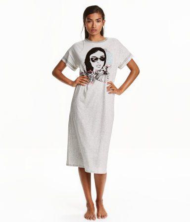 Grijs gemêleerd. Een kuitlang nachthemd van zacht katoenen tricot met korte mouwen en een print voor.