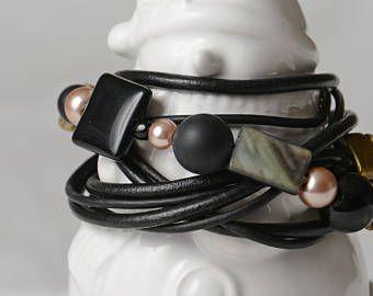 Bracelet wrap, 5 tours, billes de verre, perle rose, nacre, cuir souple noir.