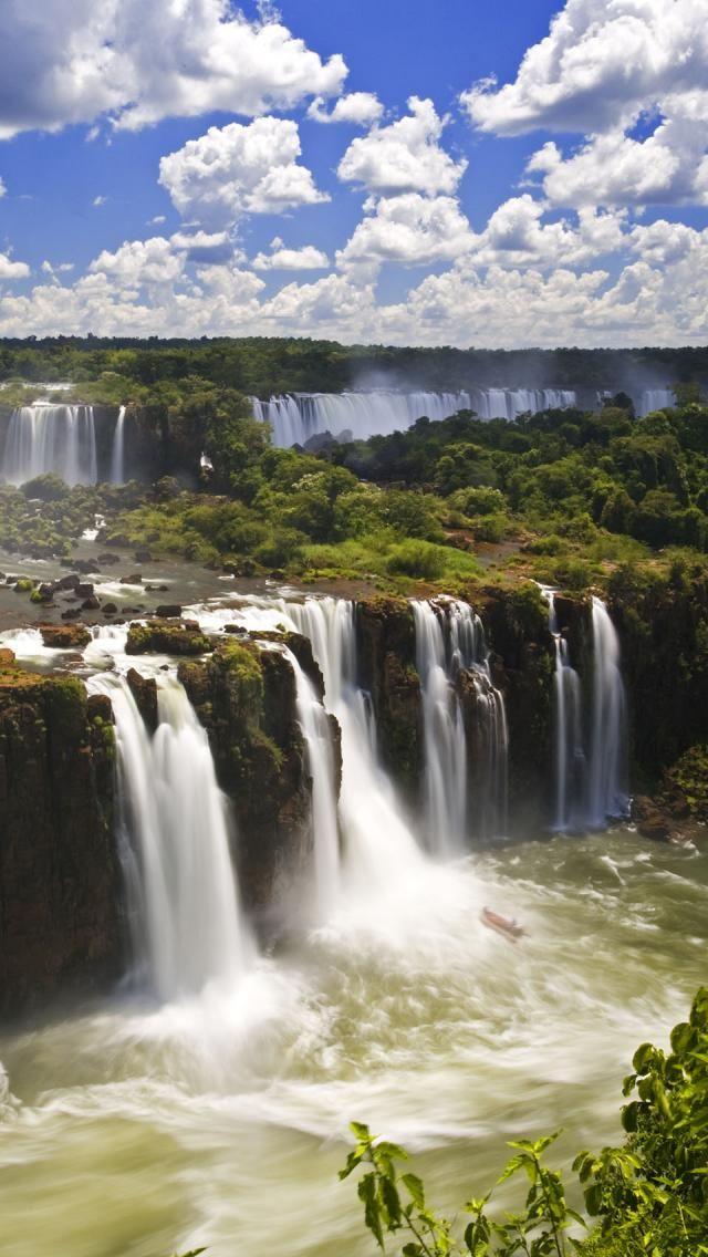 Iguazu Falls, Argentina / Brazil - Een van de mooiste plekken van Brazilië en Argentinië, de indrukwekkende Iguazu watervallen, niet te missen tijdens een rondreis in Brazilië http://www.naturescanner.nl/zuid-amerika/brazilie/iguazu-watervallen