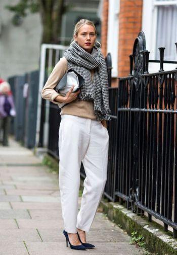Белые брюки, бежевый пиджак, шарф-плед, клатч-конверт, черные туфли