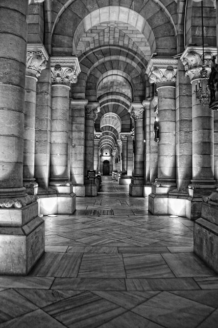 Cripta de la Catedral de la Almudena ( Madrid )