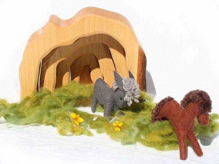 Une grotte, une ferme, une petite crèche...et un jeu de construction, en bois naturel simplement huilé. https://www.ecolojeux.com/premiers-jeux/10-grotte-ferme-en-bois.html