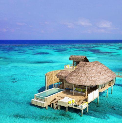 La piscine de l'hôtel Six Senses Laamu  http://www.vogue.fr/lifestyle/voyages/diaporama/les-plus-belles-piscines-au-monde-instagram/34059#la-piscine-de-lhotel-six-senses-laamu-maldives