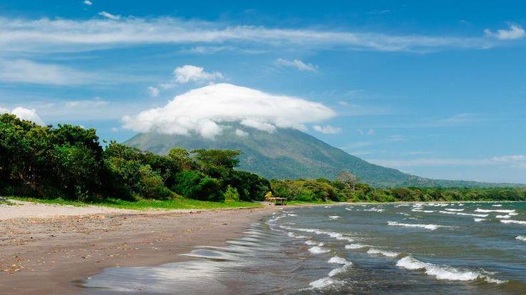 L'île d'Ometepe. Elle a la particularité de flotter au beau milieu de l'immense lac Nicaragua, grand comme la Corse. Sur Ometepe, deux volcans, le Conception, toujours en activité, et le Maderas, tous feux éteints.