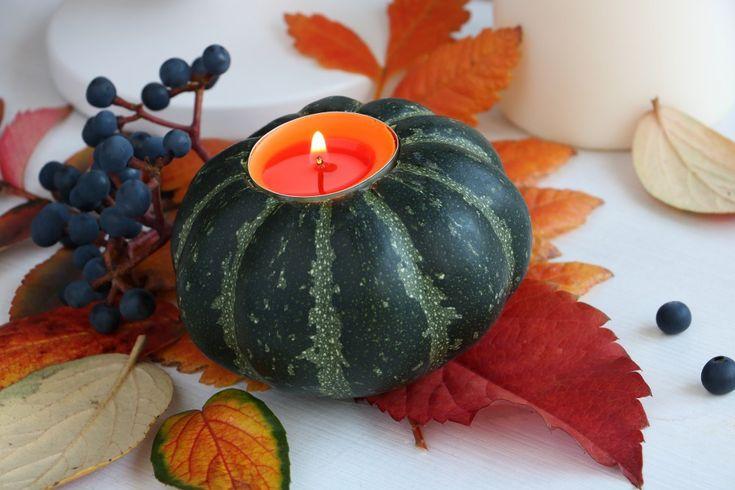Nemusíte dlabat obří halloweenské dýně se strašidelnými zuby. Vyrobte si malý roztomilý svícen na stůl. Svítící dýně nejlépe vyniknou na skleněných nebo robustních keramických talířích.